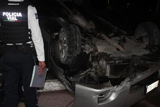 Por conducir en estado de ebriedad y a exceso de velocidad volcó en Av. Gómez Morín