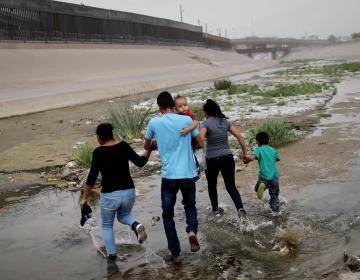 Patrulla fronteriza halla dos bebés hondureños abandonados a orillas del Río Bravo