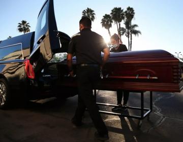 Hermanas reciben el cuerpo de una extraña en el ataúd de su madre tras confusión de funeraria
