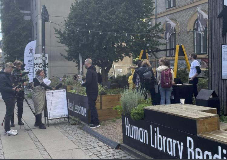 En la'Biblioteca Humana' se puede pedir 'prestada' a una persona para que cuente la historia de su vida
