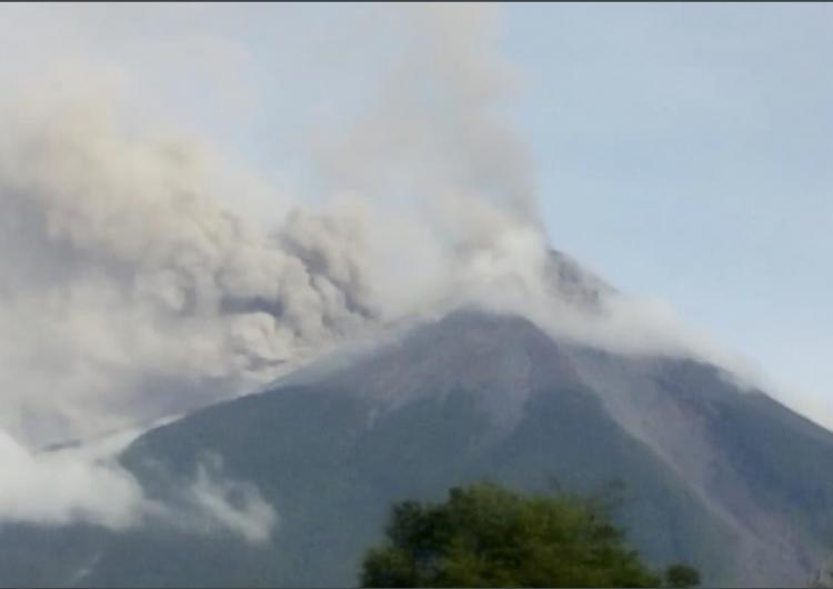 Guatemala: volcán de Fuego entra en erupción; arroja lava, bloques incandescentes y crea columna de ceniza