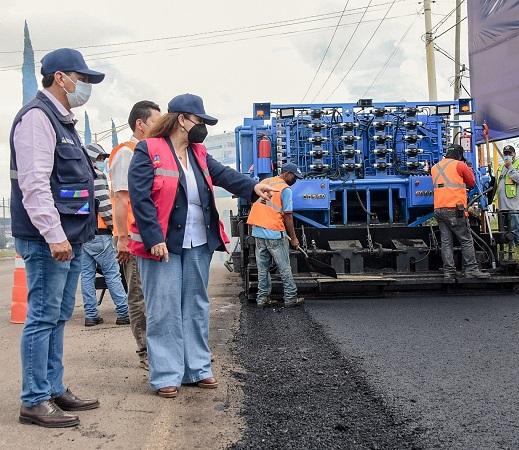 """Rehabilitan vialidades con asfaltadora """"Dragón"""" en Aguascalientes"""