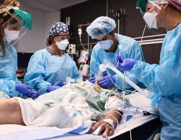 Director de unidad de cuidados intensivos llora 'cansado de ver morir gente' sin vacunar