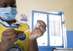 Dosis completa de vacuna resiste mejor los embates de la variante Delta: estudios