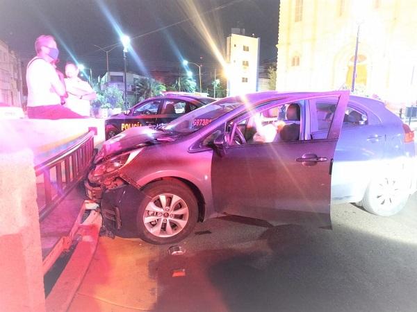 Joven en estado de ebriedad estrelló su automóvil contra la glorieta de La Purísima