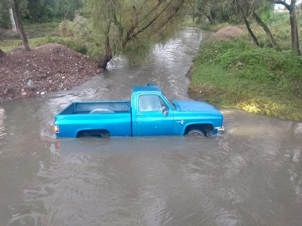 Dejan camioneta robada varada en corriente del río San Pedro