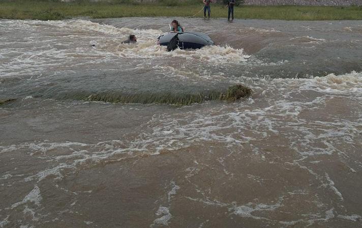 Rescatan a cuatro jóvenes que eran arrastrados por la corriente del río Calvillo