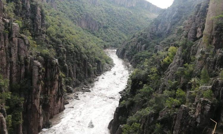 Evacúan a familias de Pabellón de Arteaga por desborde de presa San Blas