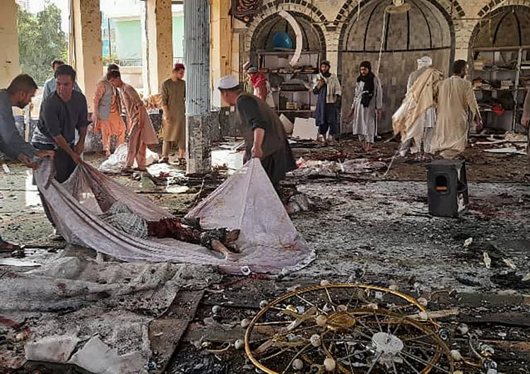 Atentado suicida en mezquita de Afganistán deja 55 muertos y más de un centenar de heridos