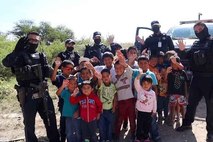 Policías estatales llevan ropa a comunidad de escasos recursos en Aguascalientes