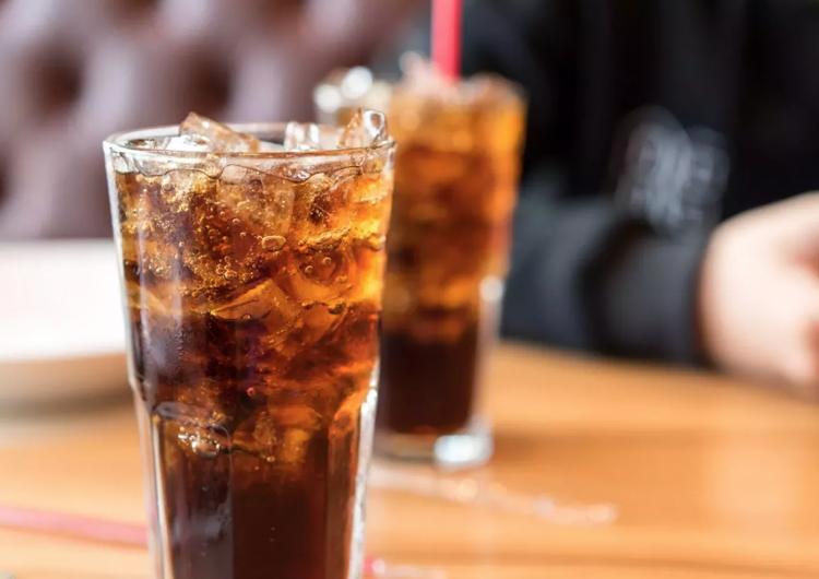 Las bebidas 'dietéticas' aumentan el hambre de las mujeres y de personas con obesidad: estudio