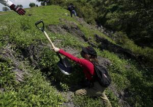 Grupos de voluntarios buscan a casi 100,000 personas desaparecidas en México