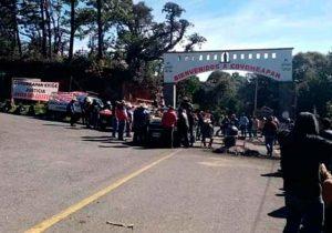 Habitantes cierran acceso a Coyomeapan; denuncian que cacicazgos han empobrecido al municipio