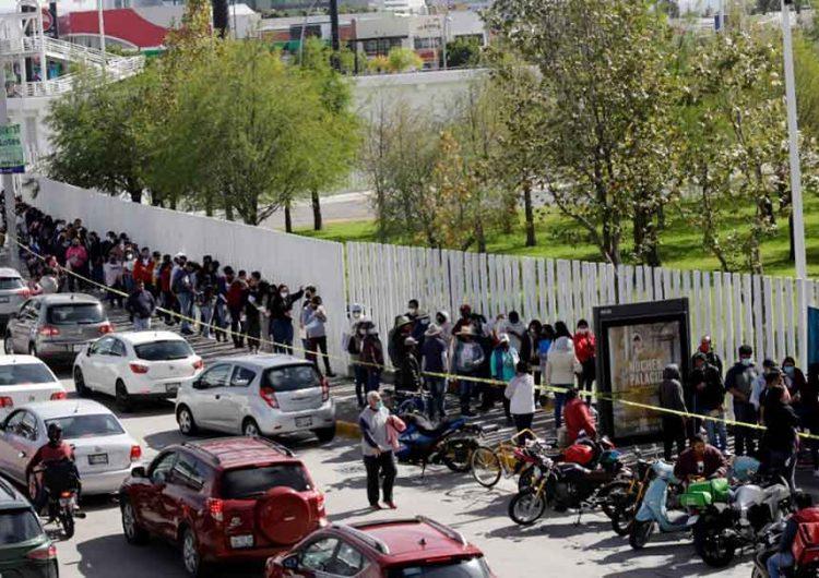 La chaviza de Puebla madrugó; saturan sedes para que les apliquen la vacuna anti Covid