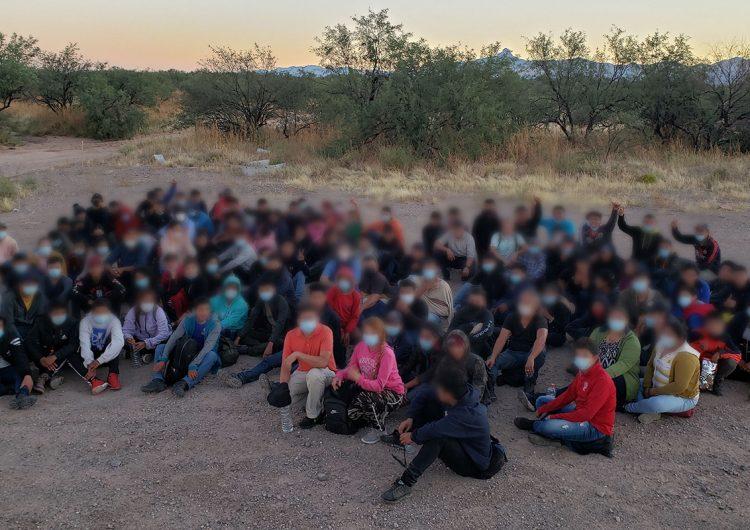 Docenas de niños inmigrantes abandonados por traficantes son hallados en Arizona