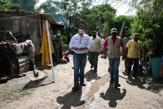 Entregan apoyos a familias afectadas por lluvias en Ojo de Agua de Crucitas