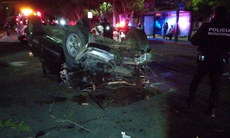 Adolescente de 16 años vuelca camioneta en Av. López Mateos