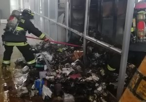 Sofocan bomberos incendio en bodega de químicos en la UAA