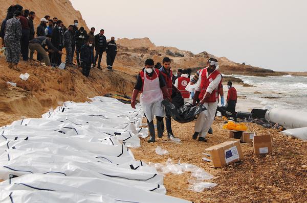 Hallan 74 cuerpos de migrantes en una playa de Libia