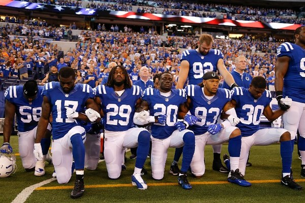 Cede la NFL: pide a jugadores mantenerse de pie durante himno