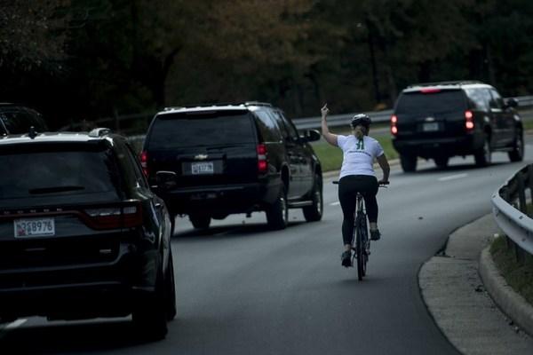 Mujer que hizo un gesto obsceno a Trump pierde su trabajo