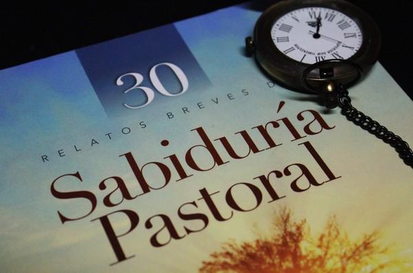 Presenta libro pastor evangélico tras 44 años de trayectoria