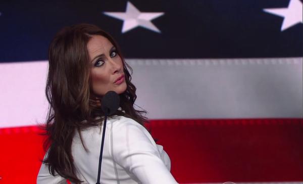 Parodian a Melania Trump en show de Stephen Colbert