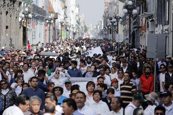 """Marchan 10 mil poblanos en el """"Día Internacional del Trabajo"""""""