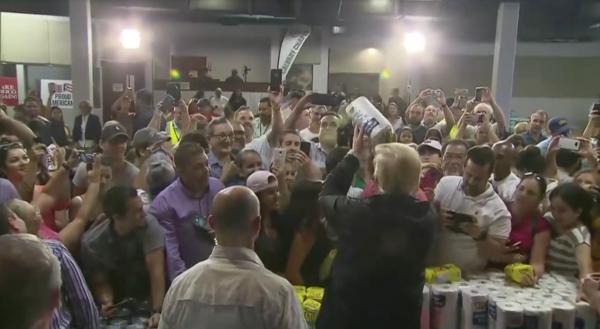 Trump arroja toallas de papel a damnificados de Puerto Rico