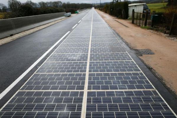 La primera carretera solar alimenta el alumbrado de un pueblo