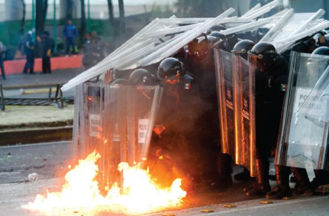 Protestas durante la toma de protesta