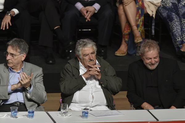 Carnaval crítico del poder se rinde ante Mujica