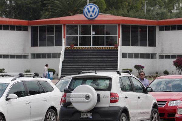 Propone VW alza salarial de 2.5% y banco de horas