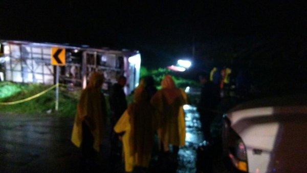 Volcadura de un camión deja 15 peregrinos muertos