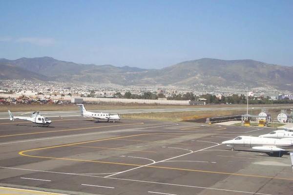 Pese a riesgos, opera aeropuerto capitalino Guillermo Villasana