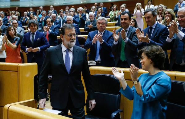 Rajoy cesa a Puigdemont y disuelve el Parlamento catalán