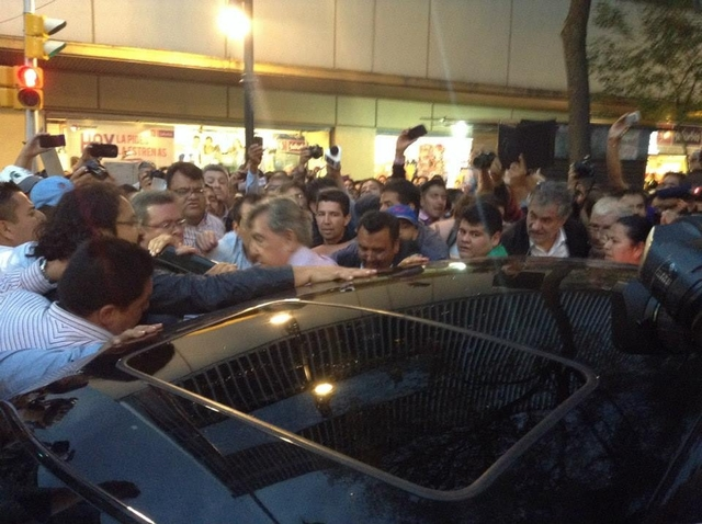 Cuauhtémoc Cárdenas Solórzano fue agredido por manifestantes
