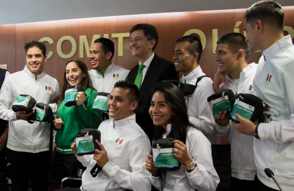 """Gobierno """"arma"""" a atletas mexicanos con condones y repelente de zika"""