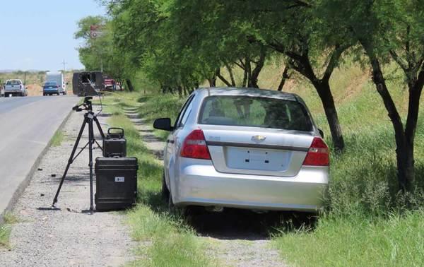 Vigilan agentes fotomultas en autos particulares y sin placas