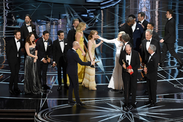 """Moonlight"" gana el Óscar en un final caótico"