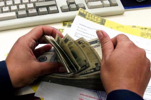 Acusan a hispanos por lavado de dinero con remesas