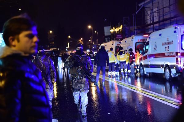 """Al menos 35 muertos en """"ataque terrorista"""" contra discoteca de Estambul"""