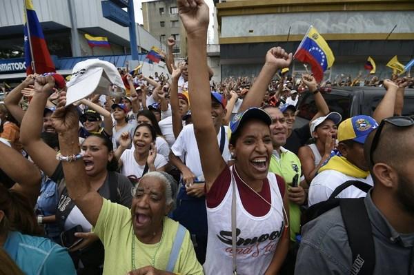 Oposición desafía a Maduro en las calles y exige revocatorio