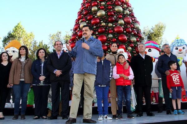 Abren villa navideña y pista en plaza Juárez