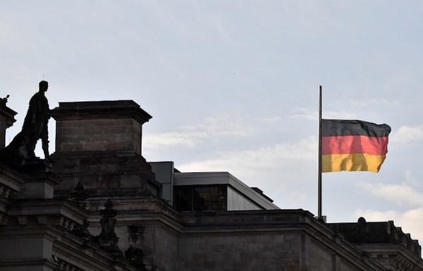 Detienen a dos turistas por hacer el saludo nazi en Berlín