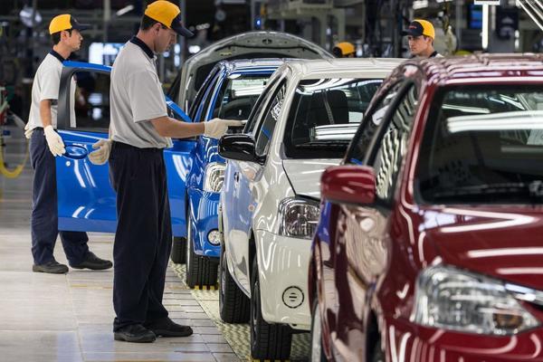 Trump amaga a Toyota con impuestos por futura planta en México