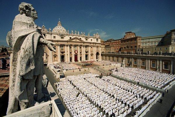 """Vaticano """"actualiza"""" guía sacerdotal y deja fuera a homosexuales"""