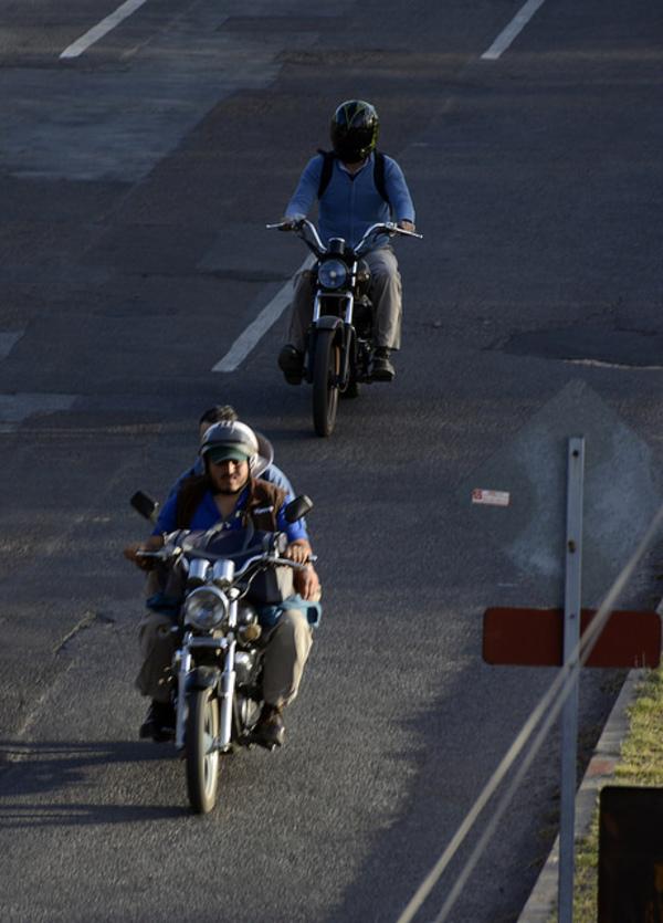 Retrasa norma oficial entrega de placas a motociclistas