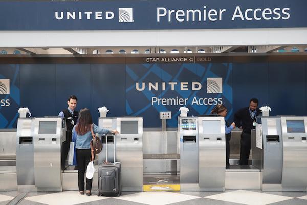 United Airlines expulsa de avión a pareja que iba a su boda