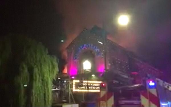Incendio consume edificio del mercado londinense de Camden